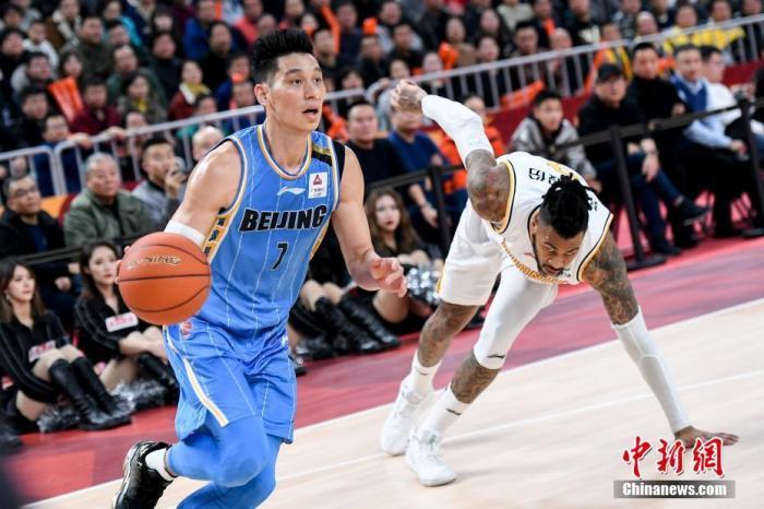 北京首钢球员林书豪(蓝)晃倒昔日NBA多伦多猛龙队队友莫兰德(白)。 韦亮 摄