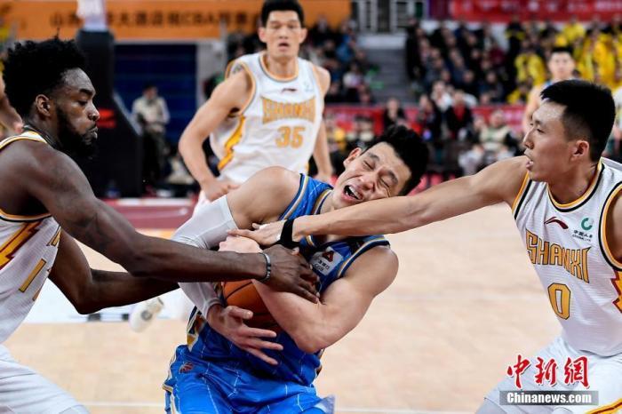 12月22日晚,山西省太原市,在2019-2020賽季中國男子籃球職業聯賽(CBA)常規賽第20輪比賽中,山西汾酒股份主場以78比93不敵北京首鋼。圖為北京首鋼球員林書豪(藍)在比賽中,被山西汾酒股份球員富蘭克林(左)、田桂森(右)包夾防守。 韋亮 攝