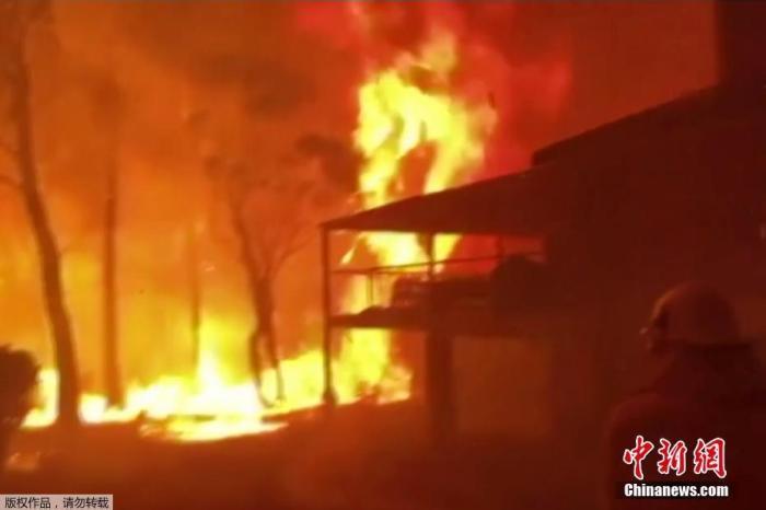 當地時間2019年12月22日,澳大利亞新南威爾士州,一座房子被大火吞噬。