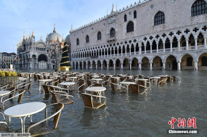 当地时间12月23日,威尼斯圣马可广场咖啡馆的桌椅泡在水中。据报道,意大利水城威尼斯市政府发布消息称,该市23日的新洪峰将达到150厘米,警戒线水位为130厘米。据悉,威尼斯继续遭受自11月开始的严重洪灾。