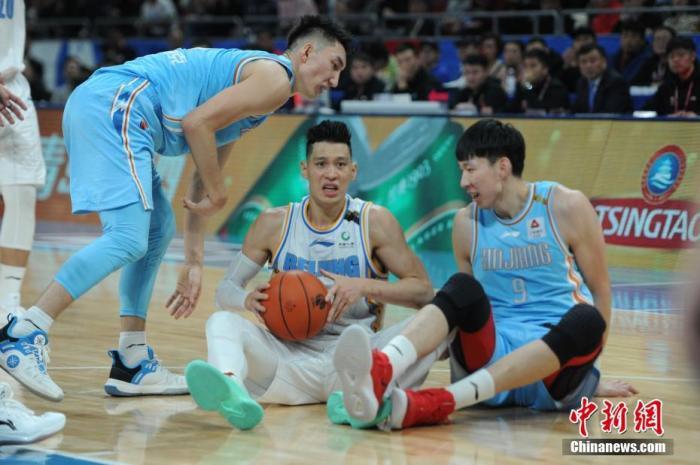 北京时间12月25日,CBA圣诞大战打响,北京队主场迎战新疆队。最终新疆队以88-87险胜北京队,取得四连胜。中新网记者 李骏 摄