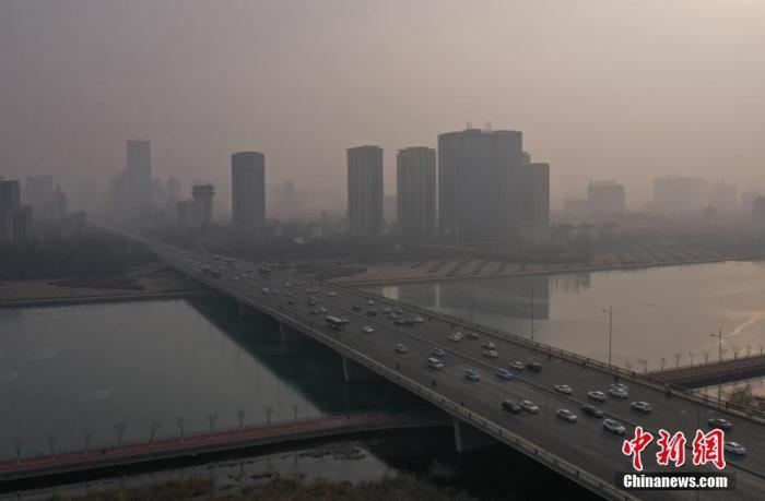 资料图:高楼在雾霾中若隐若现。中新社记者 武俊杰 摄