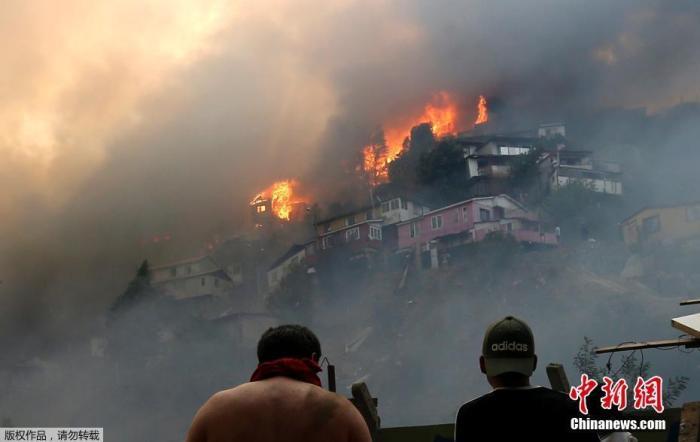 当地时间12月24日,智利瓦尔帕莱索的Rocuant山发生森林火灾期间,大量房屋被烧毁。据报道,当地发布了红色预警,至少有50栋房屋在大火中受到影响。