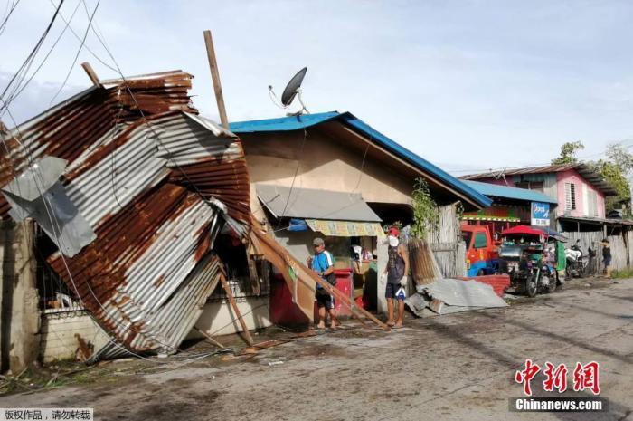 """当地时间12月26日,台风""""巴蓬""""席卷了菲律宾中部偏远村庄和受欢迎的旅游区。据报道,台风""""巴蓬""""圣诞节期间袭击菲律宾中部,造成房屋受损,村庄被淹,数万人在远离家园的疏散中心度过圣诞节。图为在台风中遭受损坏的房屋。"""