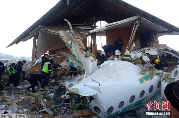 当地时间12月27日,哈萨克斯坦BEK AIR航空公司一架载有100人的飞机在阿拉木图附近坠毁。坠机原因目前尚不明确,将设立特别委员会进行调查。图为事故现场。