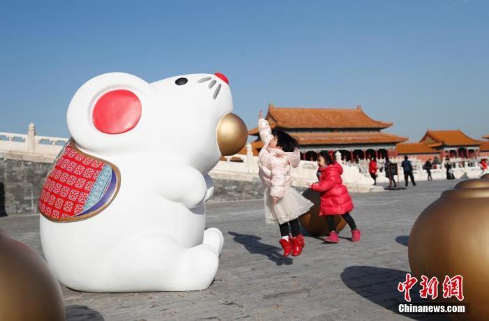 """12月27日,鼠年将至,北京故宫博物院""""吐宝鼠""""吸引游客。""""吐宝鼠""""源于藏传佛教文化,是吉祥富足的象征。中新社记者 杜洋 摄"""