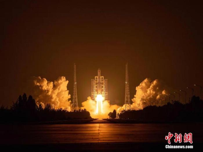 """由于体型庞大,长征五号火箭也被民众亲切地称呼为""""胖五""""。郭文彬 摄"""