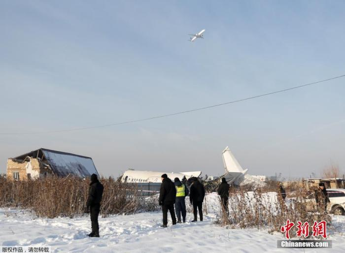 当地时间12月27日,哈萨克斯坦BEK AIR航空�公司一架载有100人的飞机在阿拉木图附近坠�w毁。图为飞机失事现♀场。
