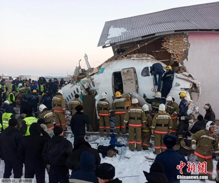 当地时间12月27日,哈萨克斯坦BEK AIR航空公司一架载有100人的飞机27日上午在阿拉木图附近坠毁。消息称,Bek Air航空公司执飞阿拉木图至努尔苏丹的Z2100次航班12月27日在起飞阶段于7时22分(北京时间9时22分)坠落,冲破混凝土围栏并撞入一栋2层楼建筑。