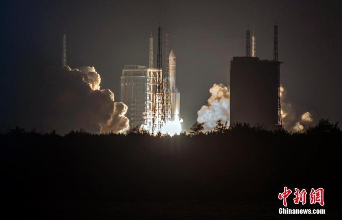 北京时间12月27日20时45分,中国在文昌航天发射场用长征五号遥三火箭成功发射实践二十号卫星。<a target='_blank' href='http://www.chinanews.com/'>中新社</a>记者 骆云飞 摄