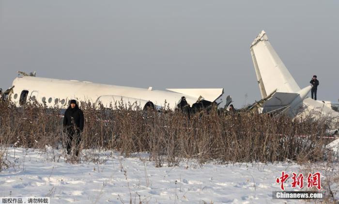 当地时间12月27日,哈萨克斯坦BEK AIR航空公司一架载有100人的飞机27日上午在阿拉木图附近坠毁。据报道,目前事故已造成9人死亡,9人受伤。图为飞机失事现场。