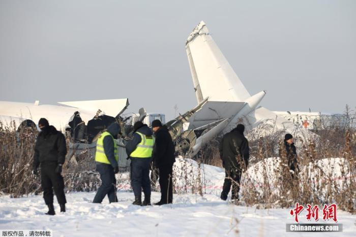 当地时间12月27日,哈萨克斯坦BEK AIR航空公司一架载有100人的飞机在阿拉木图附近坠毁。图为飞机失事现场。