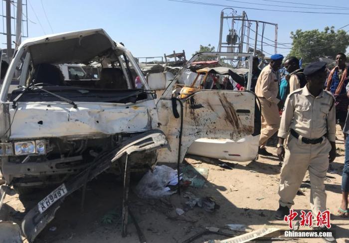 在索马里摩加迪沙郊外爆炸现场拍摄的汽车残骸。