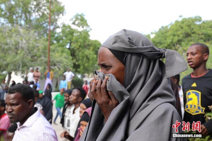 据报道,爆炸发生在摩加迪沙的一座繁忙的安全检查站。阿卜迪利扎克在社交媒体上表示,目前已有超过90人遇难,包括17名索马里警察、73名平民和4名外国人。