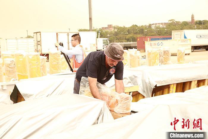 12月29日,悉尼市政府在格里布島舉行新聞發布會,介紹悉尼跨年慶典煙花表演準備情況。逾10萬支煙花已裝船就緒,標志著悉尼跨年慶典煙花表演進入倒計時。圖為煙花表演總指導福爾圖納托·福蒂在煙花裝船現場。 <a target='_blank' href='http://www.chinanews.com/'>中新社</a>記者 陶社蘭 攝