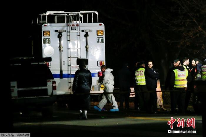 目前伤者已被送往当地医院救治。伤势最重者被刺6次,最轻者手被划伤。警方正在搜捕行凶男子。