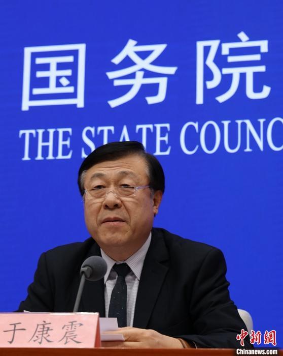 """12月30日,国务院资讯办公室在北京举行资讯发布会,先容首次开展""""菜篮子""""市长负责制考核情况。中国农业农村部副部长于康震在发布会上表示,上周五(12月27日)全国猪肉批发市场均价比11月1日价格高峰下降了18.15%。中新社记者 杨可佳 摄"""