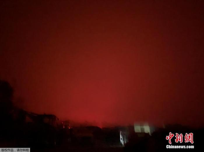 當地時間2019年12月31日,澳大利亞維多利亞州馬拉庫塔的天空被山火映紅,數以千計的當地居民和度假游客收到撤離通知。