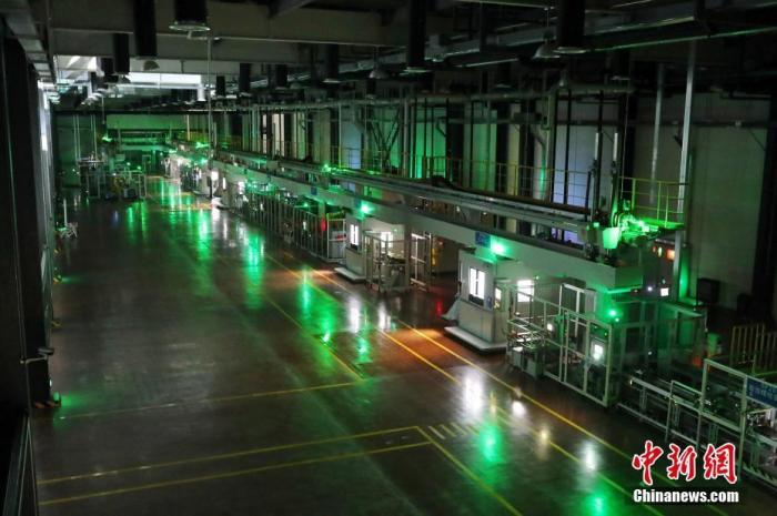 """12月30日,由国务院侨办和国务院新闻办联合主办,中国新闻社承办的""""感知中国·'一带一路'沿线国家媒体长三角行""""在上海启动。图为参访媒体代表在上海临港自贸试验区参观""""黑灯工厂"""",该工厂被誉为上海高端制造的""""临港样本""""。<a target='_blank' href='http://www.chinanews.com/'>中新社</a>记者 张亨伟 摄"""