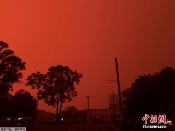 澳大利亚维多利亚州马拉库塔的天空被山火映红,数以千计的当地居民和度假游客收到撤离通知。