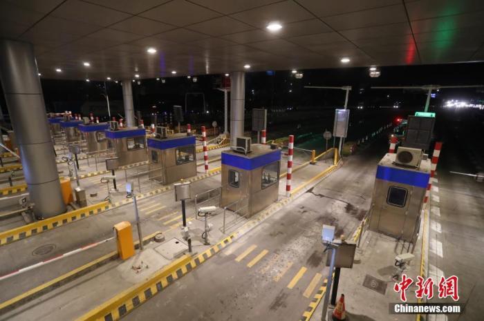 2020年1月1日零点,位于上海与江苏交界的高速安亭收费站正式撤销。与此同时,全国其他各地的486处省界收费站也全部取消,至此全国高速公路迈入了一张网时代。张亨伟 摄