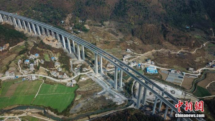 """""""资料图:航拍2019年12月31日开通的贵州省紫望高速。<a"""