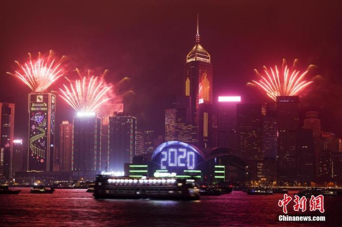 资料图:2019年12月31日晚11时59分起,香港会展中心新翼外墙开始倒计时,市民及游客一起倒数迎接新年到来。中新社记者 张炜 摄