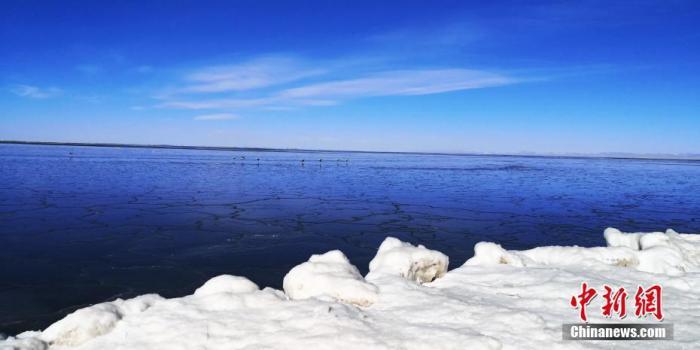 资料图为青海湖深蓝色的湖水与蓝天相互映衬。傅生武 摄