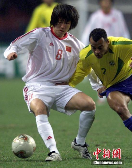 资料图:2003年2月12日晚,国足0:0逼平巴西国家队,李铁在比赛中护球。中新社发 吴峻 摄