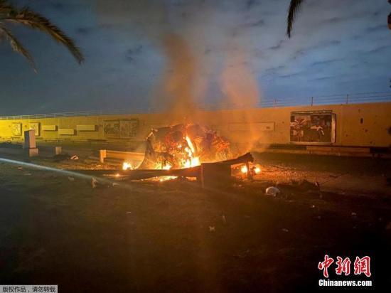 当地时间1月3日凌晨,据伊拉克安全部门发布的声明,巴格达国际机场附近遭到3枚导弹袭击,两部车辆被炸毁,致数人死亡。伊拉克人民动员组织领导人阿布·马赫迪·穆罕迪斯与伊朗伊斯兰革命卫队领导人卡西姆·苏莱曼尼在空袭中身亡。美国国防部五角大楼表示,特朗普指挥了美军对位于伊拉克首都巴格达的两处与伊朗有关目标发动的空袭。图为巴格达国际机场附近遭到导弹袭击现场。