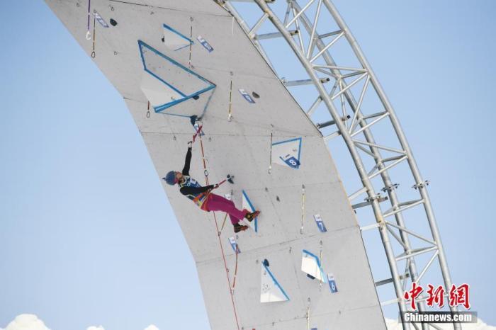 1月3日,2019-2020赛季拉斯维加斯游戏下载登联攀冰世界杯在长春莲花山生态旅游度假区主题驿站举行。本次比赛分设男女速度赛和难度赛四个项目,共有16个国家和地区的近80名运动员参赛。图为运动员在比赛中。<a target='_blank' href='http://vvsgic.com/'>中新社</a>记者 张瑶 摄