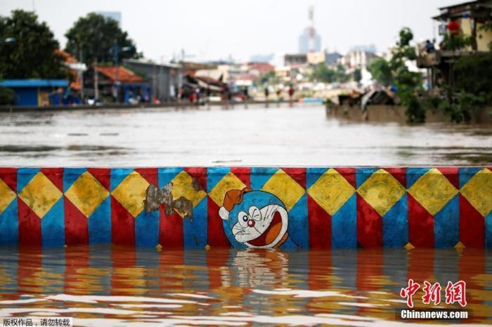 当地时间1月2日,印尼首都雅加达遭遇暴雨,雨后城市街道洪涝严重,大人忙着转移家中财务,孩子们在水中嬉戏玩耍,丝毫没有因为洪水影响心情。
