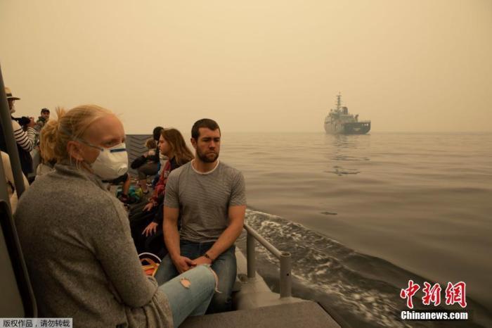 当地时间1月3日,澳大利亚军队从海上疏散数百名困在火势蔓延的东南部城镇的人。2日,澳大利亚官方批准对受灾民众进行强制撤离。澳大利亚将要迎来周末的热浪,预计热浪将引发致命的丛林大火。