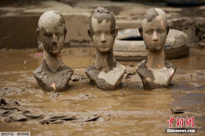 当地时间1月3日,印度尼西亚西爪哇省Bekasi街头一片泥泞。