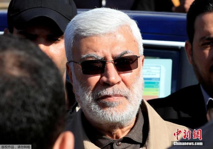 当地时间1月3日凌晨,据伊拉克安全部门发布的声明,巴格达国际机场附近遭到3枚导弹袭击,两部车辆被炸毁,致数人死亡。伊拉克人民动员组织领导人阿布·马赫迪·穆罕迪斯与伊朗伊斯兰革命卫队领导人卡西姆·苏莱曼尼在空袭中身亡。美国国防部五角大楼表示,特朗普指挥了美军对位于伊拉克首都巴格达的两处与伊朗有关目标发动的空袭。图为伊拉克准军事组织指挥官阿布·马赫迪·穆罕迪斯。