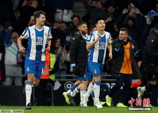 资料图:北京时间1月5日,西甲迎来加泰罗尼亚德比大战,西班牙人坐镇主场2:2逼平来犯的巴塞罗那。武磊在比赛第88分钟破门,打入中国球员对阵巴萨的首粒进球,同时帮助球队扳平比分。图为武磊庆祝进球。