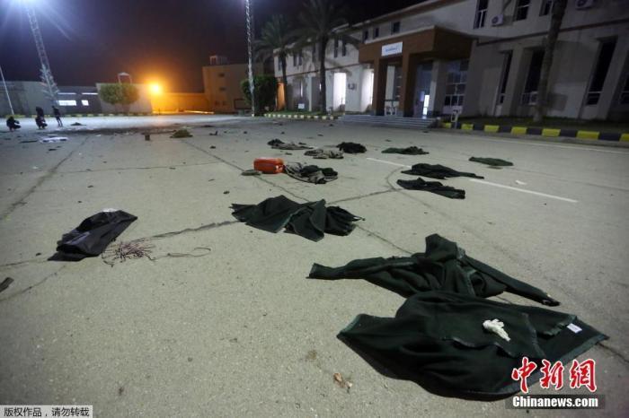 当地时间1月4日利比亚首都的黎波里Al-Hadaba地区一所军事学院遭到空袭打击。据利比亚外交部发言人介绍,恐袭造成了至少28人死亡,数十人受伤。