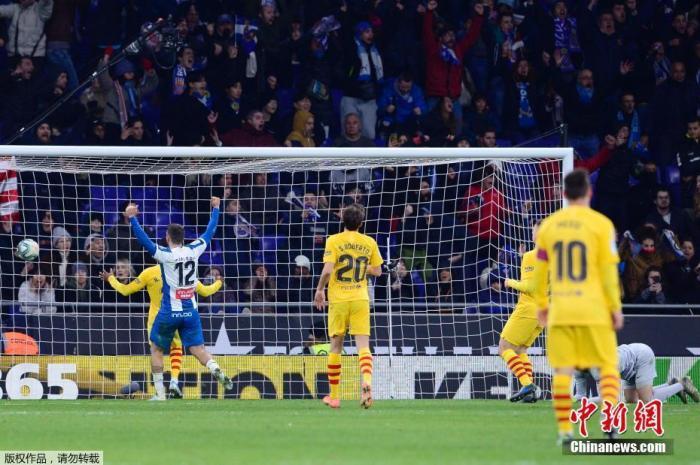 北京時間1月5日,西甲迎來加泰羅尼亞德比大戰,西班牙人坐鎮主場2:2逼平來犯的巴塞羅那。武磊在比賽第88分鐘破門,打入中國球員對陣巴薩的首粒進球,同時幫助球隊扳平比分。圖為武磊攻破巴薩球門瞬間。
