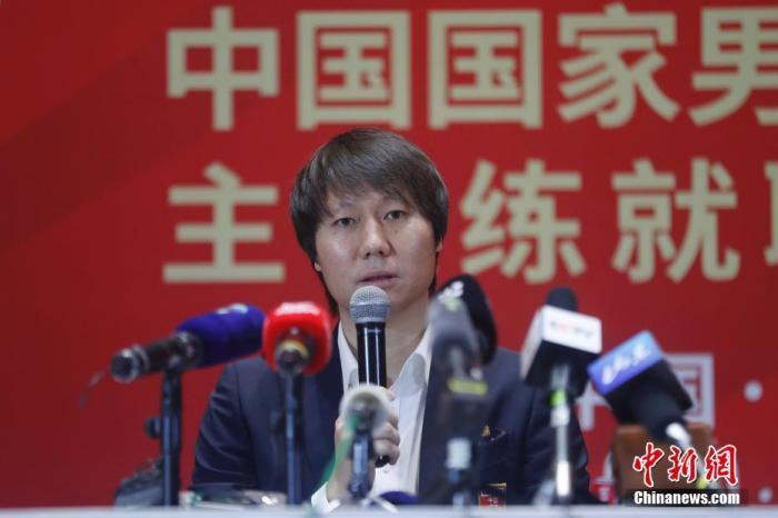 1月5日,中国国家男足主教练就职见面会在北京举行,新一任中国国家男足主教练李铁亮相。图为李铁回答媒体提问。 中新社记者 韩海丹 摄