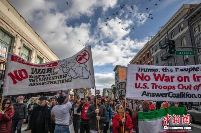 当地时间1月4日,两千多人在旧金山市中心参加反战集会,谴责美国总统特朗普下令炸死伊朗将领苏莱马尼,并要求特朗普政府从中东撤军,以和平的方式解决国际争端。<a target='_blank' href='http://www.chinanews.com/'>中新社</a>记者 刘关关 摄