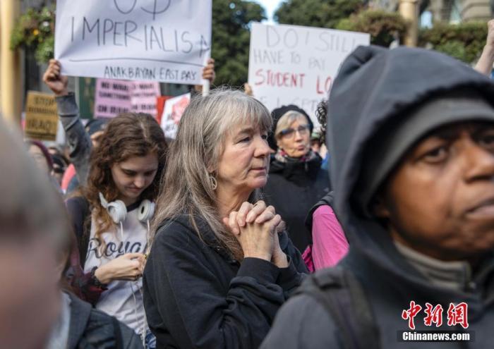 當地時間1月4日,兩千多人在舊金山市中心參加反戰集會,譴責美國總統特朗普下令炸死伊朗將領蘇萊馬尼,并要求特朗普政府從中東撤軍,以和平的方式解決國際爭端。<a target='_blank' href='http://www.pirsyg.live/'>中新社</a>記者 劉關關 攝