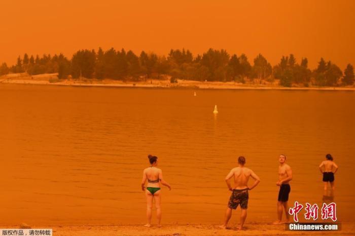 澳大利亚多地气温预计飙破40摄氏度,加上强风风向改变,将助长和扩散火焰,恐让野火失去控制。