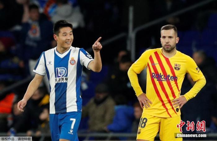 资料图:北京时间1月5日,西甲迎来加泰罗尼亚德比大战,西班牙人坐镇主场2:2逼平豪门巴塞罗那。武磊在比赛第88分钟破门,打入中国球员对阵巴萨的首粒进球,同时帮助球队扳平比分。