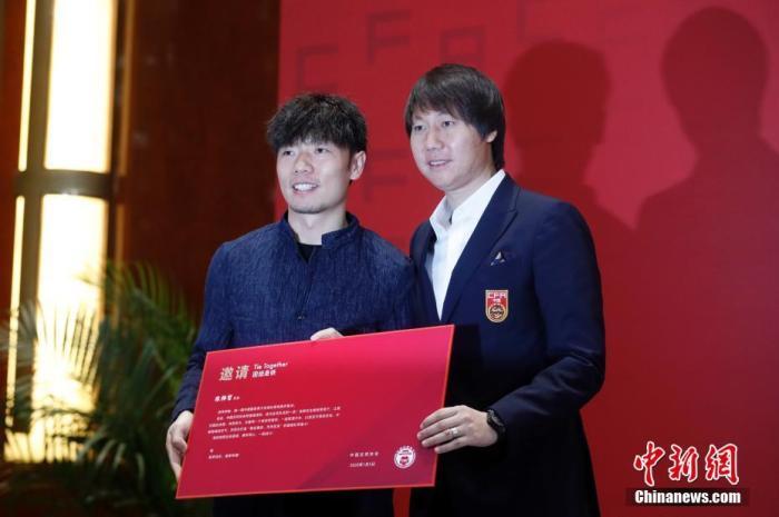 图为李铁向运动员代表张稀哲颁发国家队邀请函。 中新社记者 韩海丹 摄
