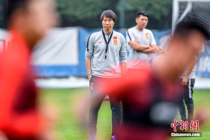 1月6日,广州恒大足球训练基地,中国国家男子足球队主教练李铁在训练场上指导球员训练。当日,为备战2022年卡塔尔世界杯预选赛亚洲区40强赛的比赛,中国国家男子足球队在广东佛山进行集训。<a target='_blank' href='http://www.yongnian.com/'>永年信息社</a>记者 陈骥旻 摄