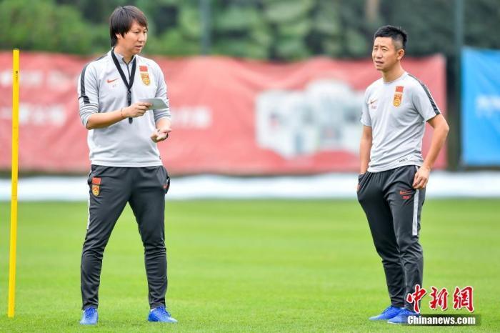 中国国家男子足球队主教练李铁(左)在训练场上规划训练。<a target='_blank' href='http://www.chinanews.com/'>中新社</a>记者 陈骥旻 摄