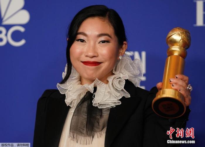 当地时间1月5日晚,第77届美国电影电视金球奖颁奖礼在洛杉矶举行。奥卡菲娜凭《别告诉她》获金球奖音乐喜剧电影最佳女主角。奥卡菲娜也是金球奖历史上首个获得喜剧音乐剧类电影最佳女主角的亚裔演员。