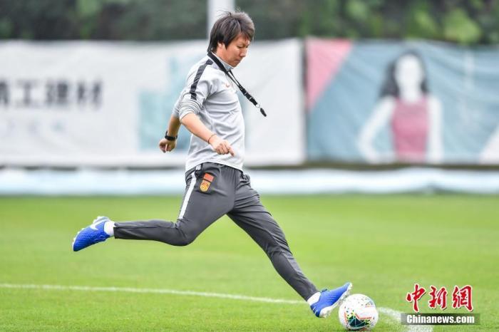 中国国家男子足球队主教练李铁在训练场上。<a target='_blank' href='http://www.chinanews.com/'>中新社</a>记者 陈骥旻 摄