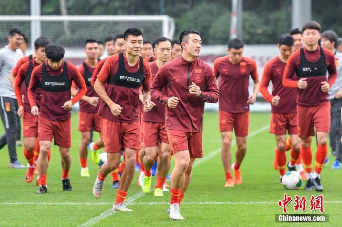中国国家男子足球队球员为训练热身。<a target='_blank' href='http://www.chinanews.com/'>中新社</a>记者 陈骥旻 摄