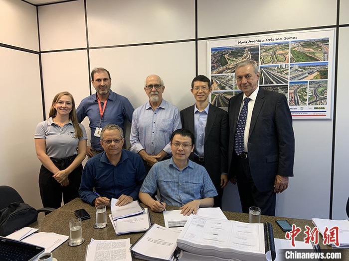 当地时间1月3日,比亚迪巴西分公司总经理李铁(前排右一)与巴伊亚州交通运营公司(CTB)主席若泽·科佩略(Jose Copello)(前排左一)在该州首府萨尔瓦多共同签署云轨整体设计方案合约。这标志着比亚迪即将在巴西萨尔瓦多修建的首条海外云轨整体设计方案正式获得该州政府批准,预计该云轨将于2020年年初正式开工。这条线路将跨海修建,全长23.28公里,分两期建设,共设26个站台。建成后将与萨尔瓦多现有地铁进行衔接,形成各种城轨制式互补、多种运量结合的公共交通网络。 中新社发 钟欣 摄